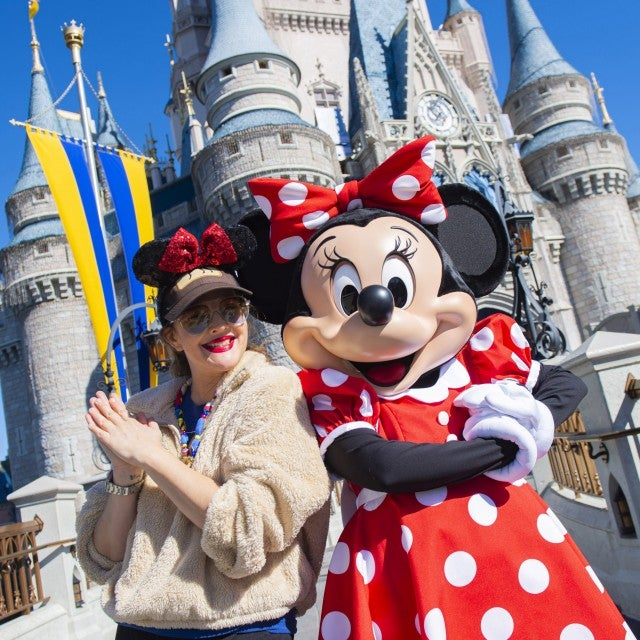 drew barrymore and minnie mouse at walt disney world