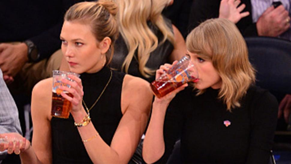 Taylor Swift Drinks Beer Cheers New Hometown At A N Y Knicks Game Entertainment Tonight