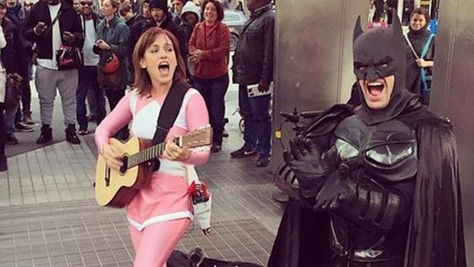 watch the original pink power ranger singing in the street in