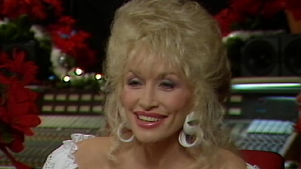 FLASHBACK: Dolly Parton Shows Off How to Record a Christmas Album in ...