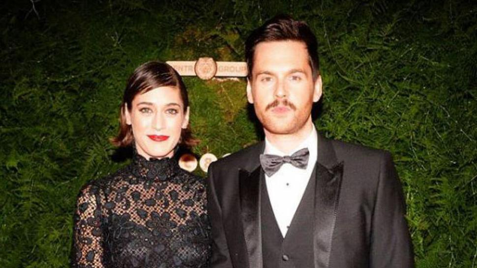lizzy caplan is married see the stunning wedding pic