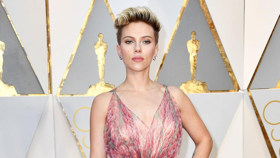 Scarlett Johansson Walks 2017 Oscars Red Carpet Without Wedding Ring Amid Romain Dauriac Split Reports Entertainment Tonight