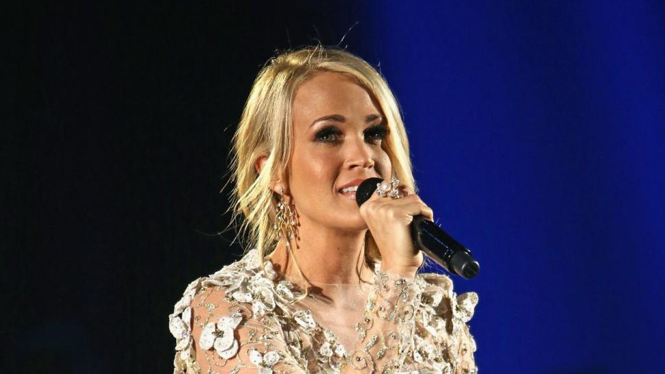 Carrie Underwood still keeping face hidden after accident