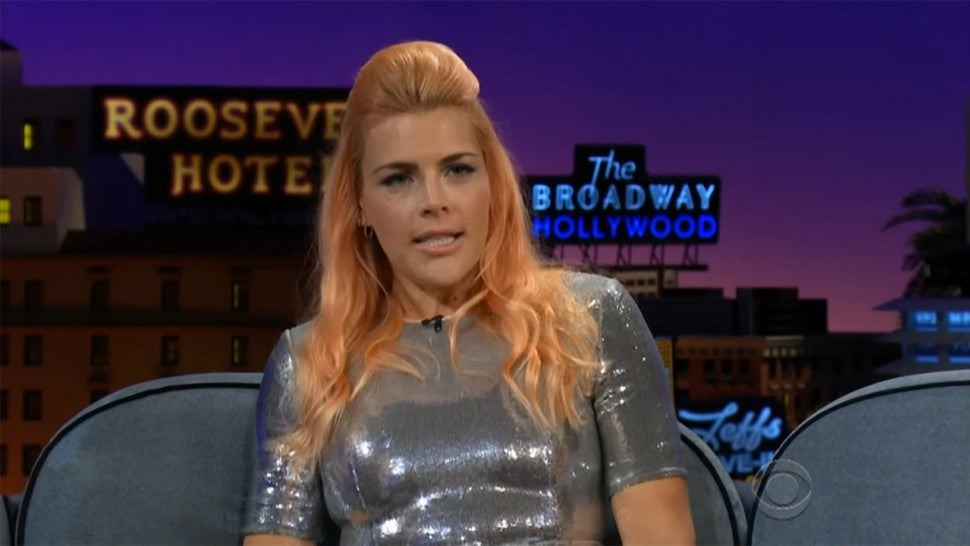 busy philipps recalls defending michelle williams honor in a bar fight during dawson s creek. Black Bedroom Furniture Sets. Home Design Ideas