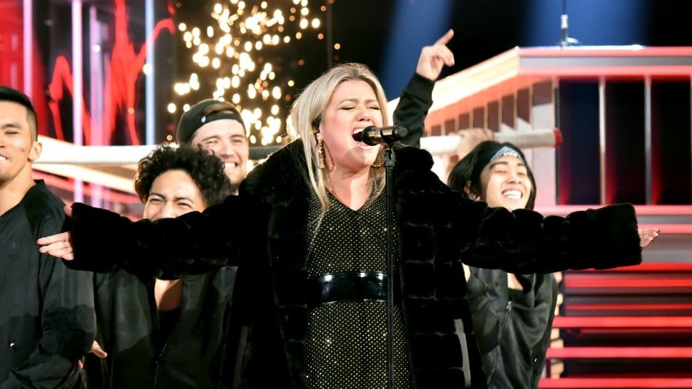Kelly Clarkson Performs Amazing Medley as Billboard Music Awards ...