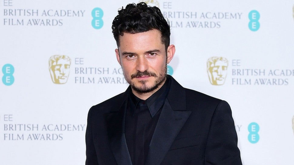 Orlando Bloom stops theatre to tell audience member to put ipad away