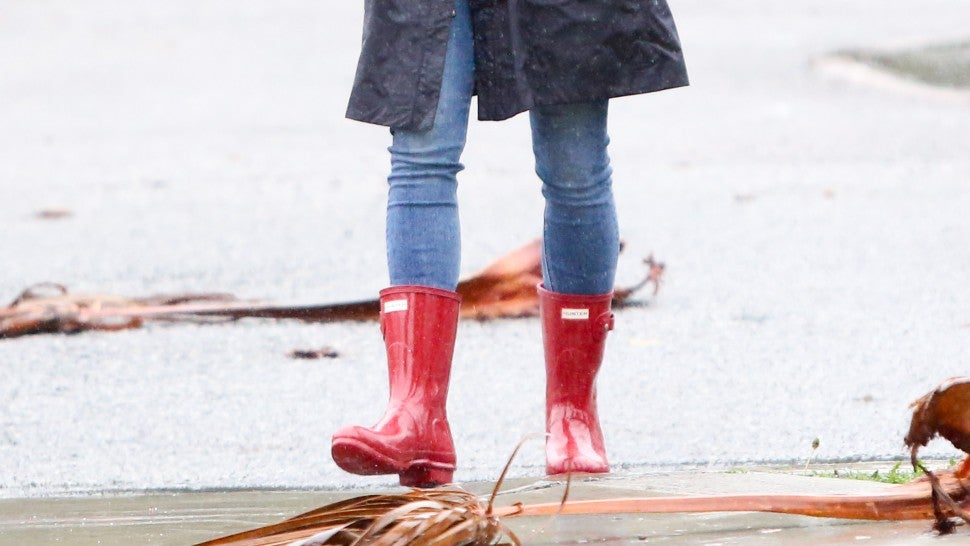 Jennifer Garner in red hunter rain boots