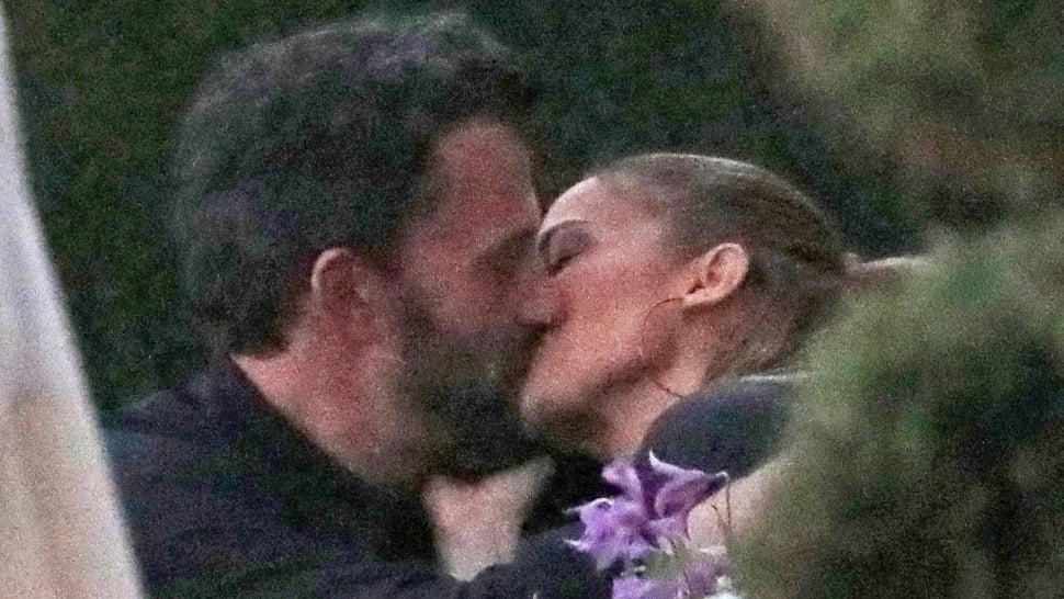 See Ben Affleck and Jennifer Lopez Kiss While on Dinner Date in Malibu: Pic.jpg