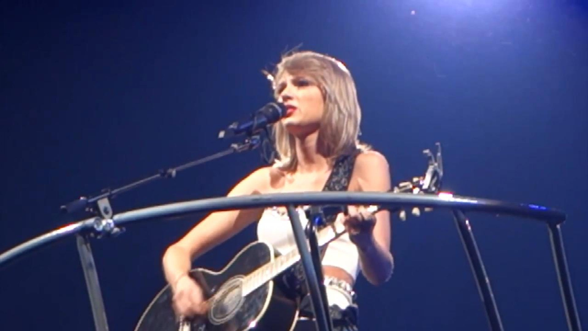 Taylor Swift Tearfully Addresses Mom S Cancer Battle As She Performs Ronan Entertainment Tonight