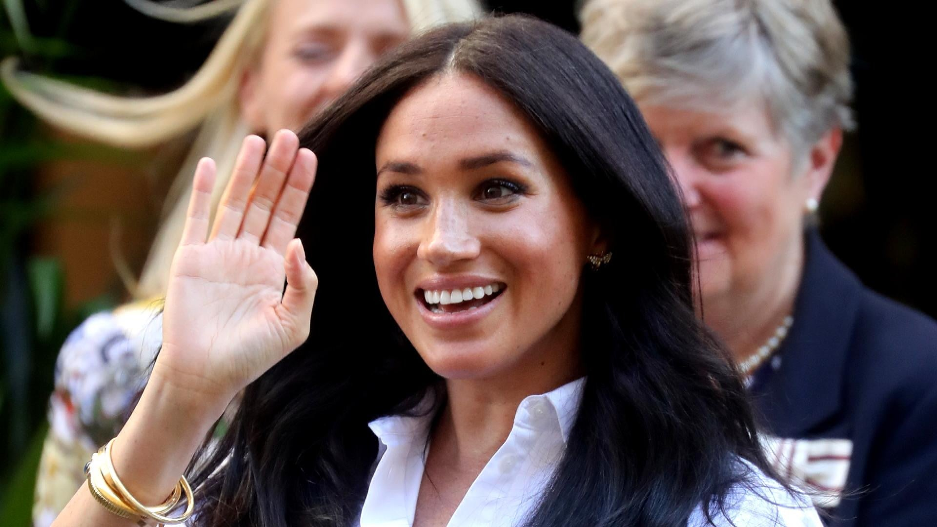 meghan markle wears princess diana s earrings at launch of her capsule collection pics entertainment tonight meghan markle returns from maternity leave to launch smart works capsule collection